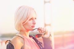 Belle femme blonde posant sur le pont Image stock