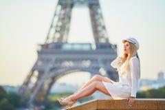 Belle femme blonde pr?s de Tour Eiffel images libres de droits