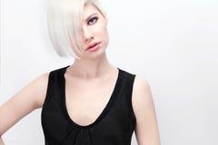 Belle femme blonde regardant dans l'appareil-photo photographie stock