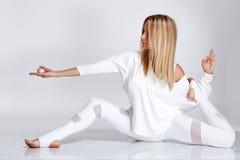Belle femme blonde sexy avec le chiffre parfait danse d'athlète Photos stock