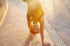Belle femme blonde sexy avec le chiffre parfait danse d'athlète Photo stock