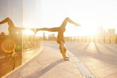 Belle femme blonde sexy avec le chiffre parfait danse d'athlète Images libres de droits