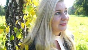 Belle femme blonde songeuse à l'arrière-plan de silence de jaune d'humeur d'automne d'inspiration de sensation de parc banque de vidéos