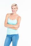 Belle femme blonde souriant à l'appareil-photo photo stock