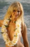 Belle femme blonde souriant tout en s'usant leu Image libre de droits