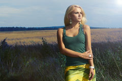 Belle femme blonde sur le field.Summer.Flowers images stock