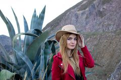 Belle femme blonde utilisant un chapeau dehors sur une prairie photo libre de droits