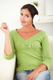 Belle femme caucasienne écoutant la musique Image stock