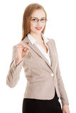 Belle femme caucasienne d'affaires tenant les touches début d'écran. Photographie stock