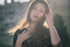 Belle femme caucasienne de brune sur une promenade dehors en Ne de parc Image stock
