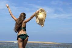 Belle femme chaude dans le chapeau de soleil, lunettes de soleil et Images libres de droits
