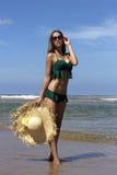 Belle femme chaude dans le chapeau de soleil, lunettes de soleil et Photos libres de droits