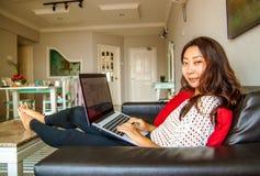 Belle femme chinoise asiatique à l'aide de l'ordinateur portable photographie stock