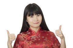 Belle femme chinoise portant un Chipao d'isolement sur le backg blanc Images stock