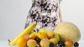 Belle femme choisissant des fruits Consommation saine Perte de poids et concept suivant un régime Mouvement lent banque de vidéos