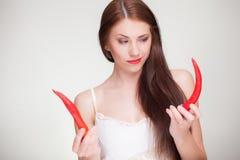 Belle femme choisissant des poivrons de piment Image stock