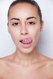 Belle femme collant sa langue et montrant la jeune perforation Photographie stock libre de droits