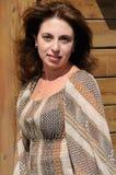 Belle femme contre un mur en bois Photos libres de droits