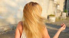 Belle femme dénommant des cheveux dehors Mouvement lent superbe Fille calme heureuse avec de longs cheveux, ayant l'amusement dan banque de vidéos