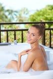 Belle femme détendant dans le bain moussant Photographie stock libre de droits