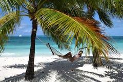 Belle femme détendant des vacances photos stock