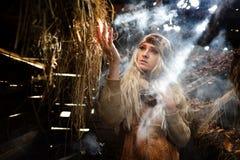 Belle femme détendant en paille en automne dans la chambre fumeuse Photo libre de droits
