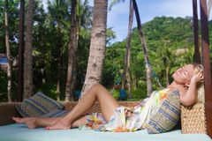 Belle femme détendant sur le fond naturel Photographie stock libre de droits