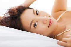 Belle femme détendant sur le lit Photo libre de droits