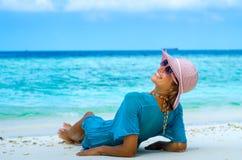 Belle femme détendant sur une plage Images libres de droits