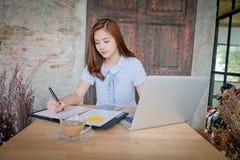 Belle femme d'affaires à l'aide d'un ordinateur portable Photos stock