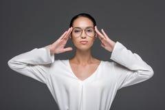 belle femme d'affaires élégante posant dans des lunettes et regardant l'appareil-photo, Images stock