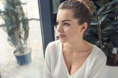 Belle femme d'affaires élégante s'asseyant dans le bureau moderne Photographie stock libre de droits