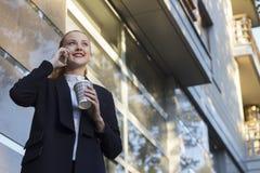 Belle femme d'affaires avec du café à aller Images libres de droits