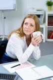 Belle femme d'affaires avec du café dans le bureau images stock
