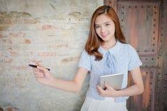 Belle femme d'affaires avec l'ordinateur de comprimé Photographie stock libre de droits