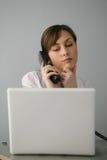 Belle femme d'affaires avec l'ordinateur portatif photos libres de droits