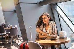 Belle femme d'affaires avec le smartphone attendant son vol dans un a?roport photos libres de droits