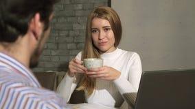 Belle femme d'affaires ayant le café au cours de la réunion au bureau photo stock