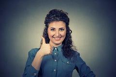 Belle femme d'affaires d'isolement sur le fond gris de mur Pouce vers le haut Photos libres de droits