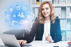 Belle femme d'affaires dans le bureau, icônes d'Internet image libre de droits