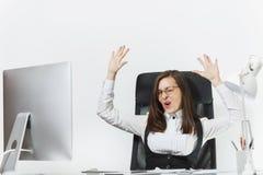 Belle femme d'affaires dans le fonctionnement de costume et en verre à l'ordinateur avec des documents dans le bureau léger Photos libres de droits