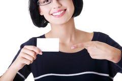 Belle femme d'affaires de sourire avec le businesscard. Photo stock