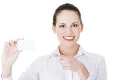 Belle femme d'affaires de sourire avec le businesscard. Photos libres de droits