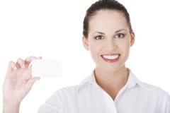 Belle femme d'affaires de sourire avec le businesscard. Image stock