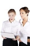Belle femme d'affaires deux travaillant sur l'ordinateur portatif Images stock