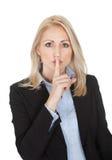 Belle femme d'affaires effectuant un geste de silence Image libre de droits