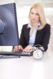 Belle femme d'affaires essayant de respecter une date-limite images libres de droits