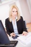 Belle femme d'affaires faisant des finances Photo stock