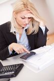 Belle femme d'affaires faisant des finances Photo libre de droits