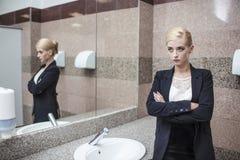 Belle femme d'affaires modèle de femme dans le vêtement d'affaires dans le MI Photo libre de droits